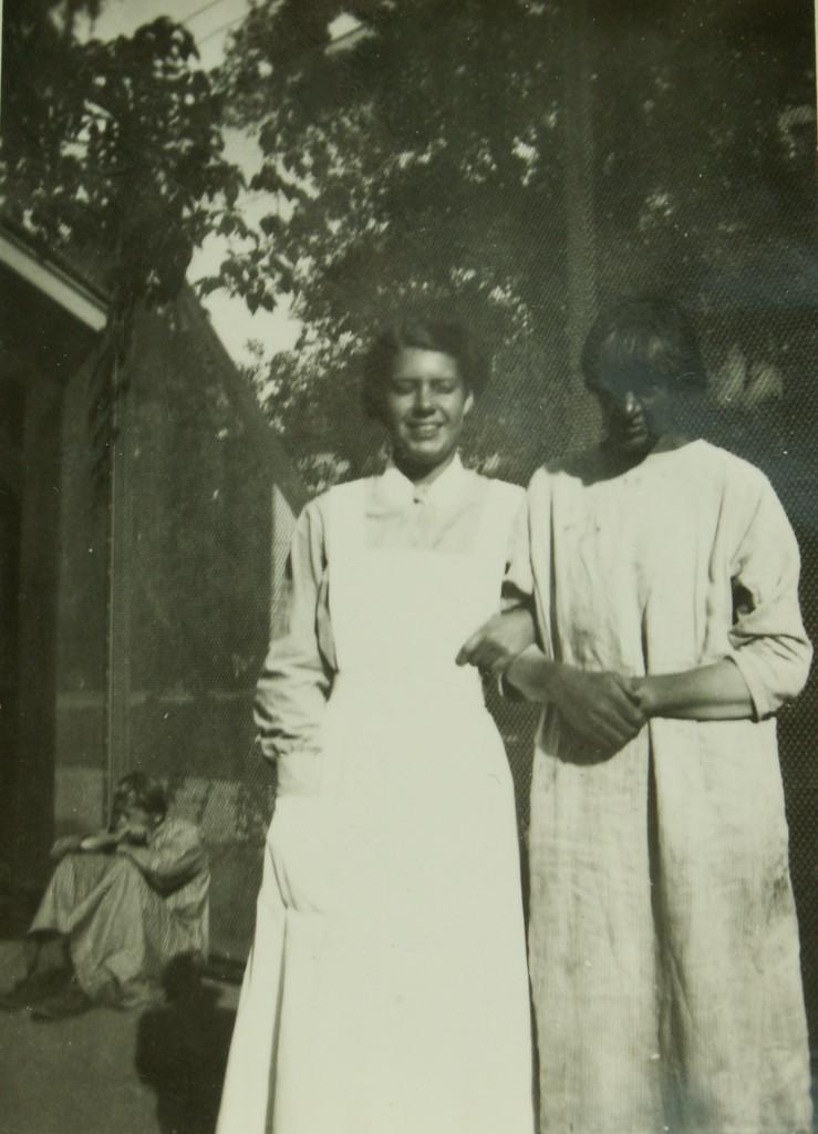 Sköterska och patient på promenadgården